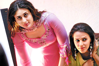 On The Sets Still From The Film Chup Chup Ke Featuring Kareena Kapoor,Neha Dhupia