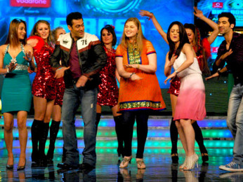 Photo Of Sara Khan,Salman Khan,Vidhi Kasliwal,Sandeepa Dhar,Akshay Oberoi From The Cast and crew of Isi Life Mein on Bigg Boss 4