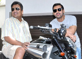 John gifts Yamaha V Max to Gupta