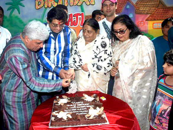 Photo Of Javed Akhtar,Amit Kumar,Ruma Devi,Rohit Roy,Leena Chandavarkar From The Kishore Kumar's family gathers for Ruma Devi's birthday