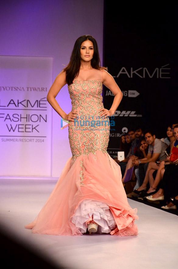 Sunny Leone walks for Archana Kochhar at LFW 2014