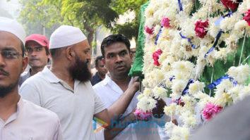 Mushtaq Sheikh's father's last rites at Bandra crematorium
