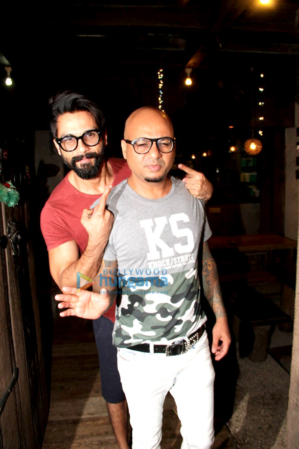 Shahid kapoor snapped post his salon session at hakim s for Aalim hakim salon delhi