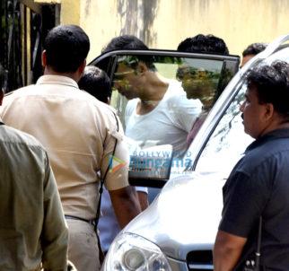 Akshay Kumar snapped meeting Farhan Akhtar and Ritesh Sidhwani on sets of 'Padman' in Bandra