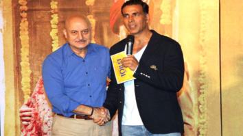 Akshay Kumar & Bhumi Pedneker Share A Funny Moment On Stage | Toilet - Ek Prem Katha Event