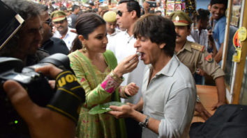 Shah-Rukh-Khan-and-Anushka-Sharma-relish-Banarasi-paan-while-promoting-Jab-Harry-Met-Sejal-in-Varanasi-01