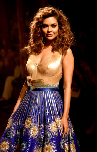 Esha Gupta walk for Amit Aggarwal at Lakme Fashion Week 2017