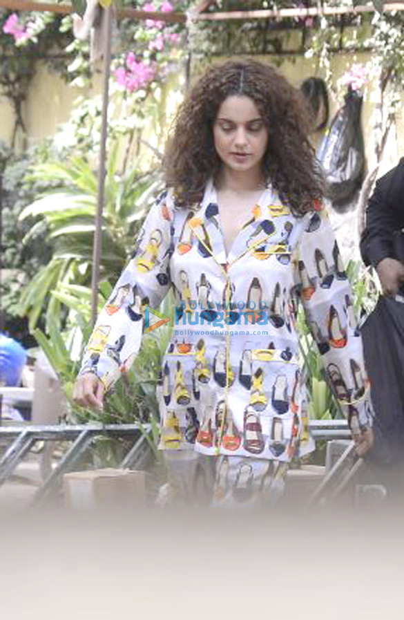 Kangana Ranaut and Amyra Dastur spotted on location in Bandra (3)