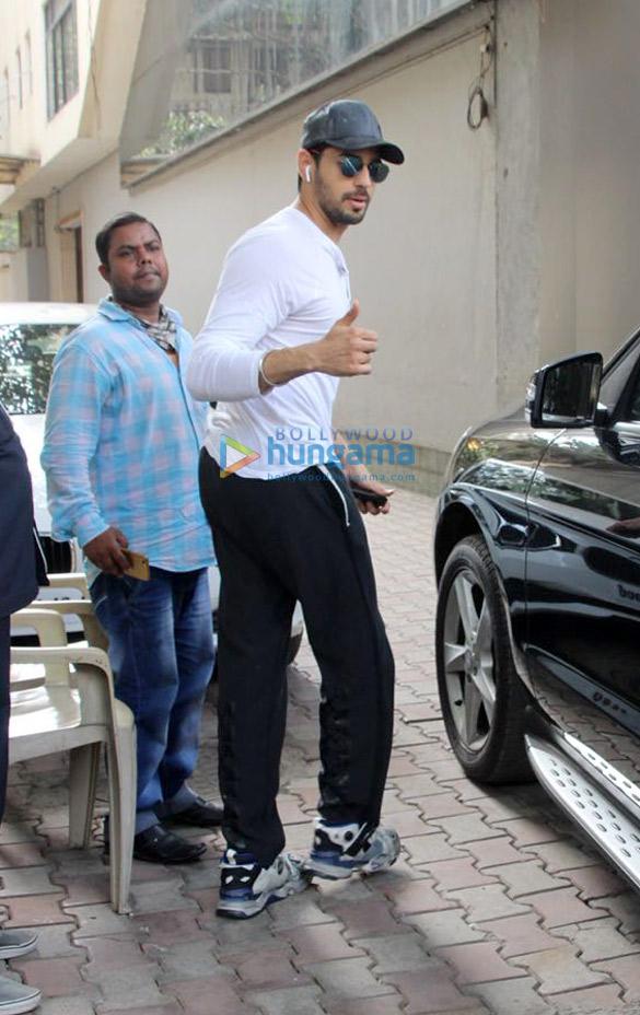 Sidharth Malhotra snapped in Khar