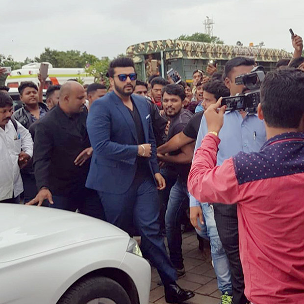 WATCH: Arjun Kapoor gets mobbed by fans in Aurangabad